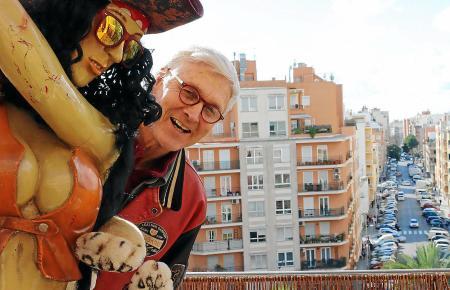 """Dr. Sommer mit """"Kira"""" auf seiner Terrasse im Pere Garau-Viertel."""