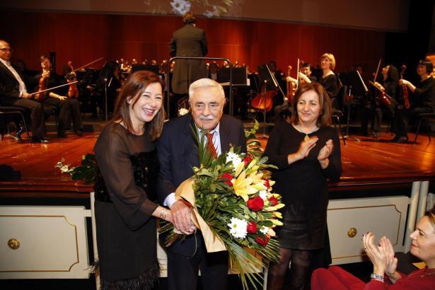 Die balearische Ministerpräsidentin Francina Armengol (l.), begleitet von Kulturministerin Fanny Tur, überreicht Pere A. Serra e