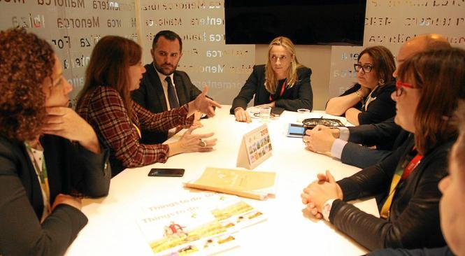 Ministerpräsidentin Francina Armengol (2.v.l.) traf sich am Rande der Fitur mit der neuen Hotelverbandspräsidentin Maria Fronter