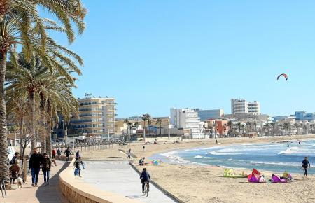 Auch im Winter darf der Strandbesuch nicht fehlen: Spaziergänger, Radfahrer und Surfer genießen das Wetter.
