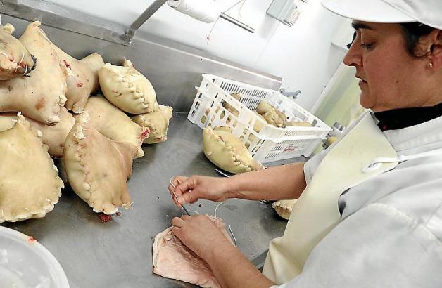 Die Produktion der Mallorca-Wurst ist aufwendig: Das Fleisch wird in die Beinschwarte des Schweins gefüllt und eingenäht.