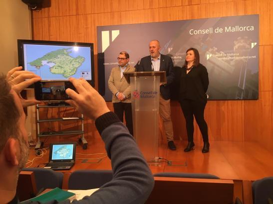 Inselratspräsident Miquel Ensenyat (M.) sowie seine Dezernenten für Flächennutzung (Mercedes Garrido) und Finanzen (Cosme Bonet)