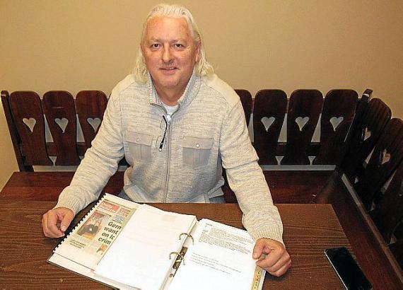 Dirk Abel hat die Aktenordner seines Vaters Horst aufbewahrt, in denen dieser Unterlagen zur Parteigründung und später zum deuts