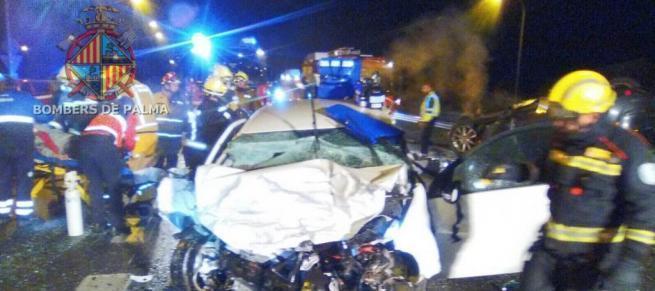 Die Feuerwehr musste die Opfer aus den Auto-Wracks befreien.