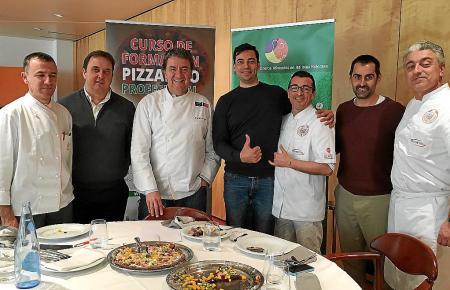 Die Jury mit dem ehemaligen Sternekoch Koldo Royo (3.v.l.) und dem Sieger des Pizzakurses Edoardo Burroni (4.v.l.).
