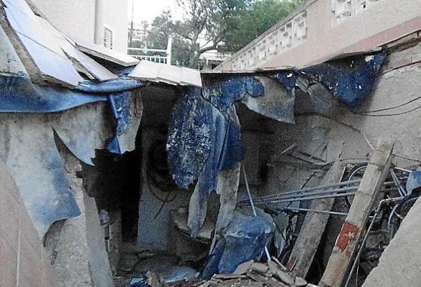 Das Bauwerk fiel in sich zusammen.