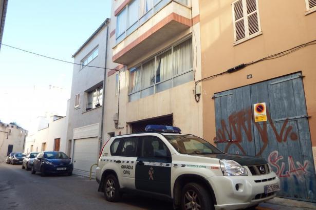 Ein Polizeiwagen vor dem Haus in Inca in der Calle Martí Metge, in dem die Tat geschah.