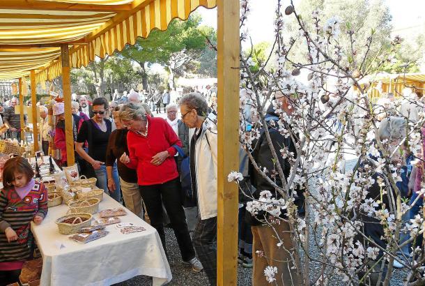 """Die Mandelblüten-Fira findet im Hof des historischen Anwesens """"Ca s'Hereu"""" in Son Servera statt."""