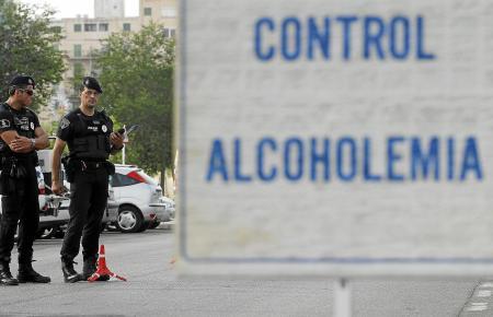 Alkoholkontrolle: Wen die Polizisten betrunken am Steuer erwischen, dem können sie den Führerschein abnehmen.