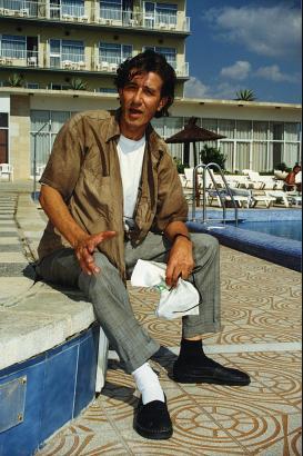 """Rolf Zacher im Herbst 1997 am Rande der Dreharbeiten zu """"Poizeiruf 110: Mordsmäßig Mallorca"""" – am Pool des Hotels Alexandra in C"""