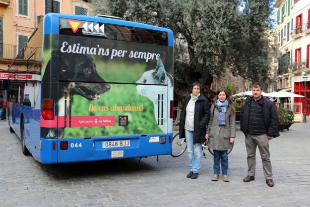 Maxi Lange (Tierschutzorganisation Baldea), Stadträtin für Tierschutz Neus Truyol und ihr Mitarbeiter Josep Maria Rigo zeigen di