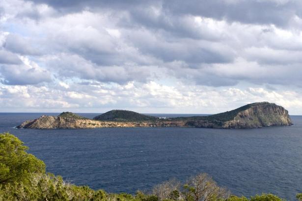 Tagomago liegt vor der Nordküste von Ibiza.