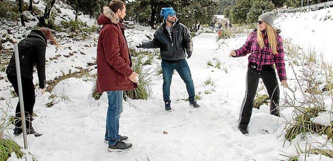 Schneeballschlacht im Gebirge.