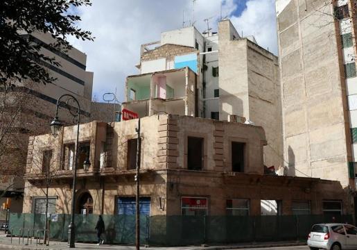 Das historische Gebäude aus der Anfangsphase der Bebauung des Paseo de Mallorca in Palma, unweit der Nationalpolizei, ist nahezu
