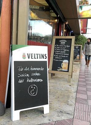 Die Lokale, Bars und Restaurants an der Playa de Palma werben um Arbeitskräfte für die kommende Saison.