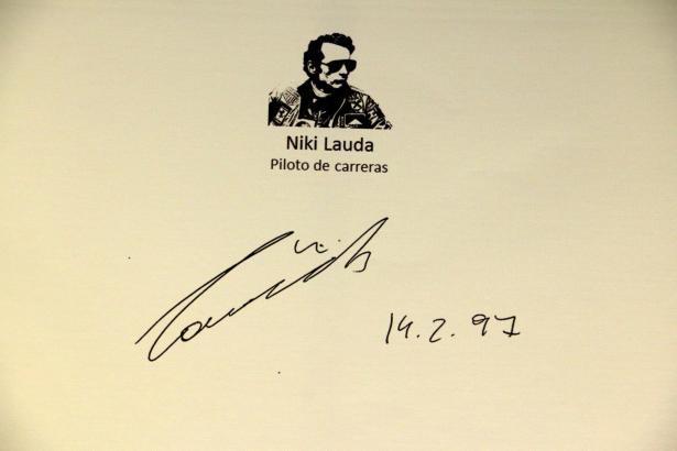 Autogramme und Grußbotschaften in der Bar Bosch in Palma. Auch Niki Lauda ist vertreten.