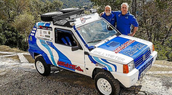 Tomeu Bibiloni und Toni Sotomayor mit ihrem Fiat Panda.