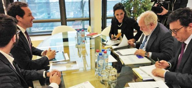 Verkehrsminister Pons (2.v.l.) und Generaldirektor Groizard (1.v.l.) im Gespräch mit dem spanischen EU-Kommissar Arias Cañete (2