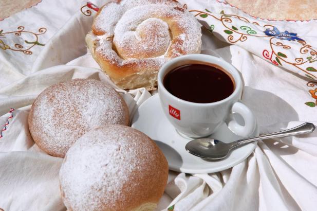 Gehört zum klassischen mallorquinischen Kaffeegedeck: Ensaimada und Coca de Patata.