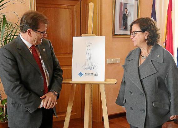 Llorenç Huguet, Rektor der Balearen-Universität, und seine Stellvetreterin Joana Maria Seguí stellten das von Miquel Barceló ges