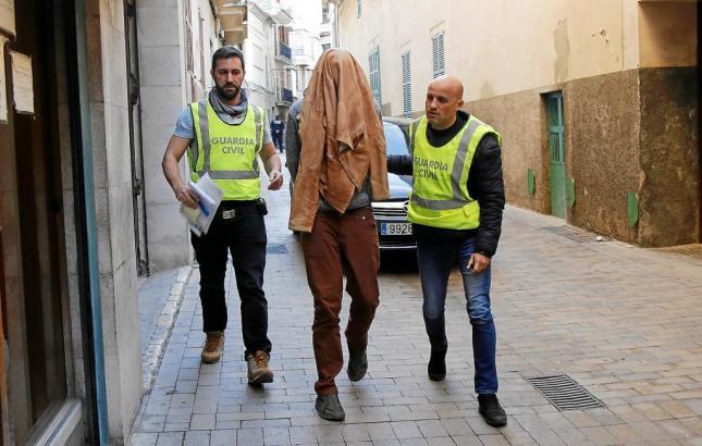 Einer der Beteiligten bei seiner Festnahme.