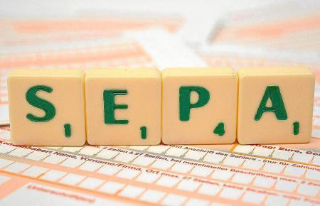 Dank des SEPA-Lastschriftverfahrens können Verbraucher anfallende Gebühren auch von Konten in anderen EU-Ländern einziehen lasse