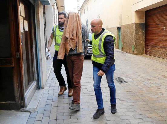 Der geständige Räuber Freddy Escobar auf dem Weg zur Vernehmung auf Mallorca.