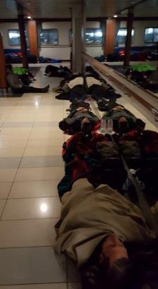 Die Passagiere musste sich auf den Fußboden legen.