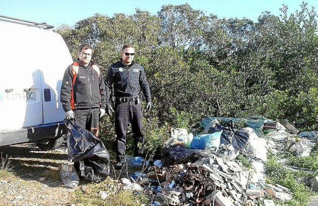 Auch die Polizei ermittelt: Beamte vor einem illegalen Müllhaufen auf einer Finca.
