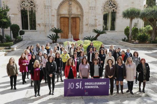 Inselpolitikerinnen unterstützen die Kampagne zum Weltfrauentag.