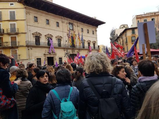 2000 Frauen und auch Männer versammelten sich auf dem Rathausplatz in Palma.