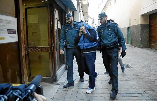 Polizisten nehmen einen der Räuber fest.