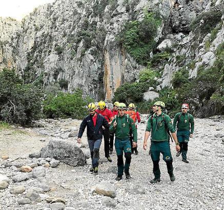 Feuerwehr und Polizei bargen den toten Wanderer aus dem unwegsamen Gelände.