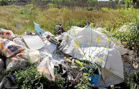 Auf Wiesen und Feldwegen entstehen illegale Müllhalden.
