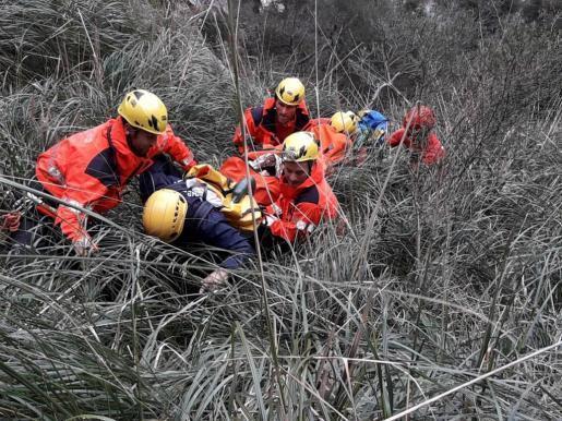 Rettungskräfte bergen die verletzte Schluchtenwanderin.
