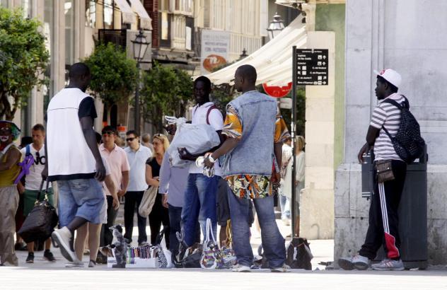 """Das Archivbild zeigt """"Fliegende Straßenhändler"""" im Zentrum von Palma."""