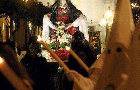 Die geschmückte Marienfigur wird von zahlreichen Büßen begleitet und auch getragen.