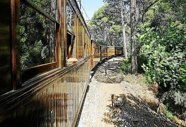 Wo der Zug längsrollt, können am 30. Juni Läufer die 27 Kilometer lange Strecke Palma-Sóller bewältigen.