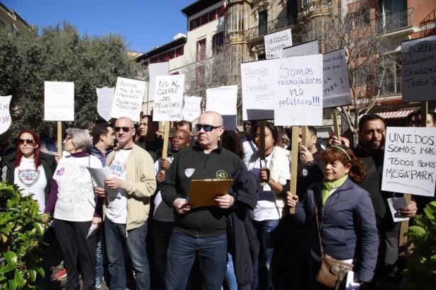 Gut 250 Mitarbeiter der Cursach-Gruppe waren am Montag auf der Plaça Cort in Palma zu einer Demonstration erschienen.