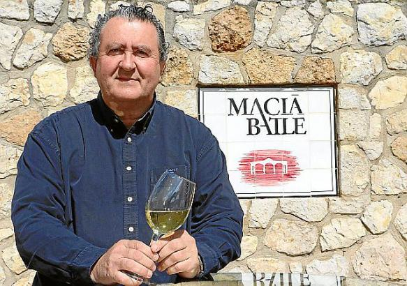 Bodega-Chef Ramon Servalls kredenzt bei der klingenden Weinprobe die besten Tropfen von Macià Batle.