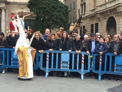 Im Zentrum sichtbar: Alt-Königin Sofía unter den Zuschauern beim Auftakt der Karfreitagsprozession.