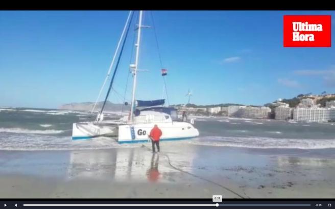 Der Wind trieb den Katamaran an den Strand von Santa Ponça.
