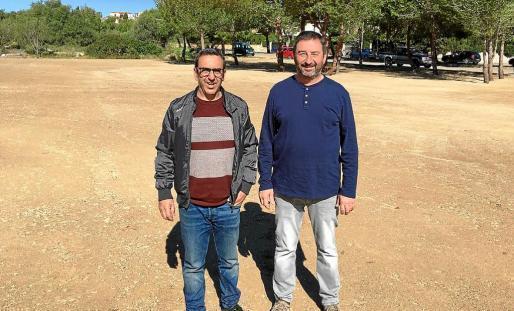 Son Serveras Bürgermeister, Antoni Servera (l.), mit dem Verkehrsdezernenten des Ortes, Miquel Espases, auf einem der für die Pa