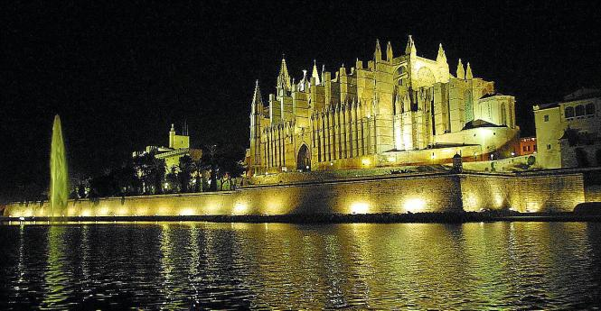 So sieht derzeit die nächtliche Illumination von Mallorcas Kathedrale aus.