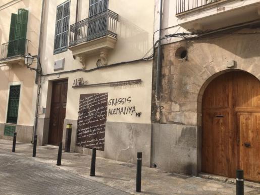 """An der Außenfassade ist auf Katalanisch ein falschgeschriebenes """"Danke Deutschland"""" zu lesen."""