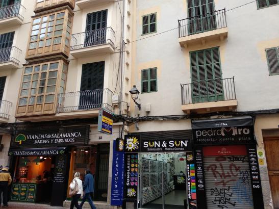 In der Calle Sant Miquel hat die Invasion an Plastikschildern überhand genommen.