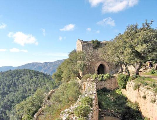 Blick auf die Burg von Alaró im Tramuntana-Gebirge auf Mallorca.