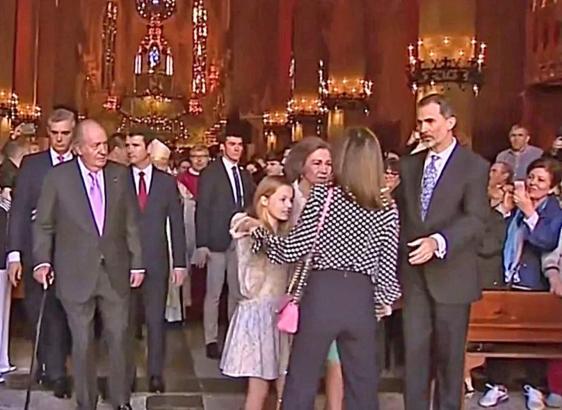 Königin Letizia beim Versuch, ihre Tochter vor der Kamera zu verdecken.