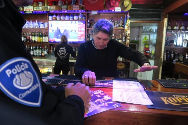 Angehörige der Lokalpolizei von Calvià informieren einen Gastwirt über die neue Verordnung.