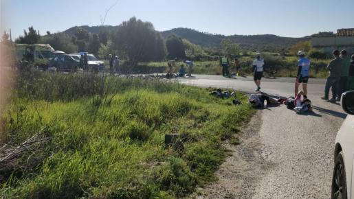 Auto rast in Radfahrer-Gruppe.